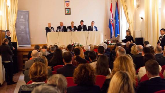 Predsjednica RH susrela se s gospodarstvenicima, obrtnicima i turističkim djelatnicima Šibensko-kninske županije u Skradinu